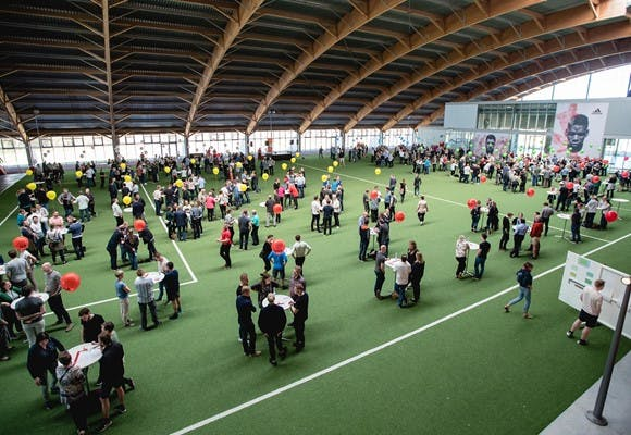 En stor hal som lokation for forsamling af flere hundrede mennesker
