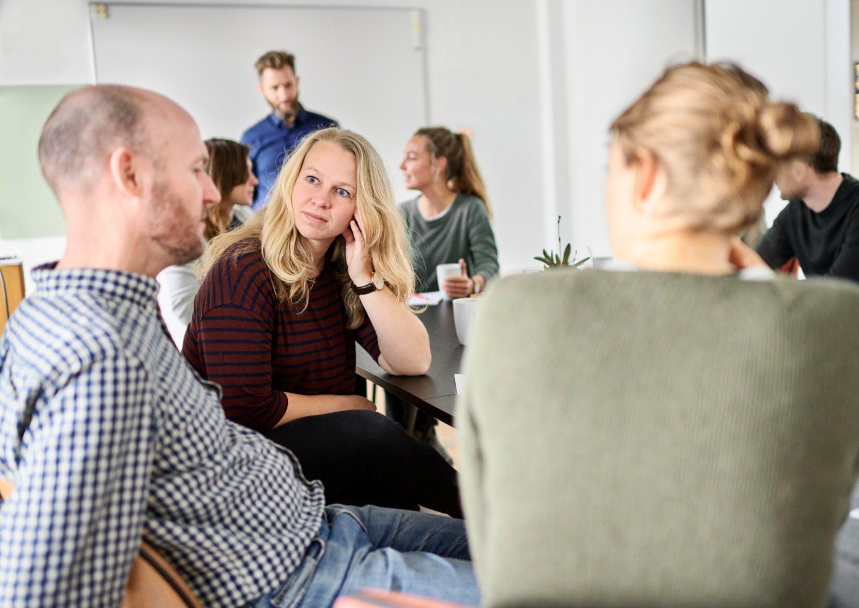 Kollegaer samlet til møde med fokus på medarbejderudvikling